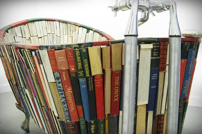 Bath of Knowledge - la vasca fatta di libri
