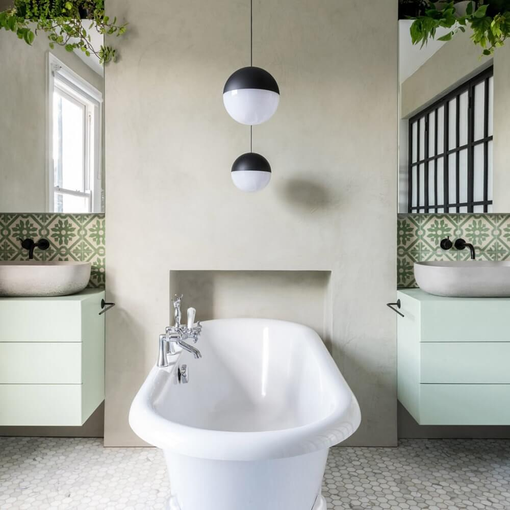 lampada sospesa per bagno Flos su vasca