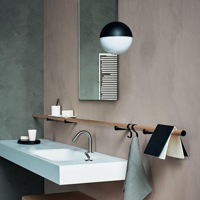 lampada sospesa per bagno Flos su lavabo