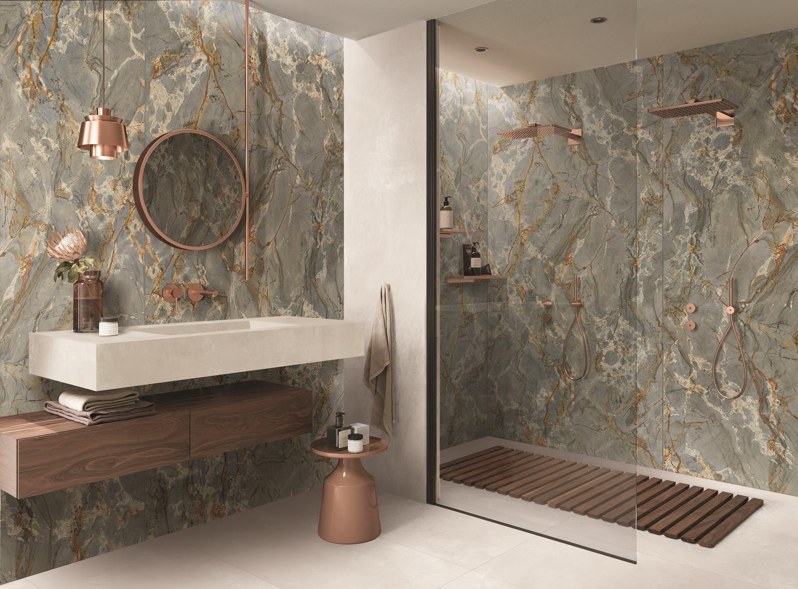 bagno con piastrelle in gres effetto marmo verde
