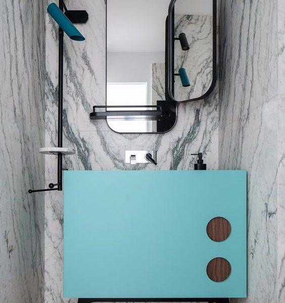 bagno ospiti in marmo e turchese