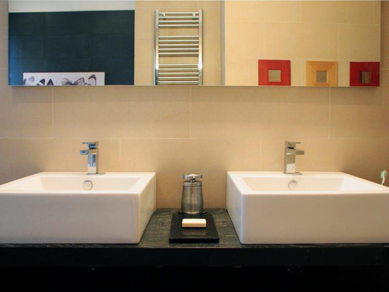 ristrutturazione di due bagni lunghi e stretti - prima e dopo
