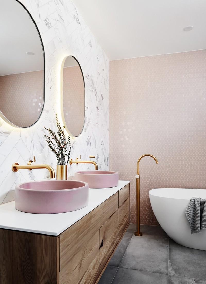 bagno con piastrelle rosa e lavabo rosa
