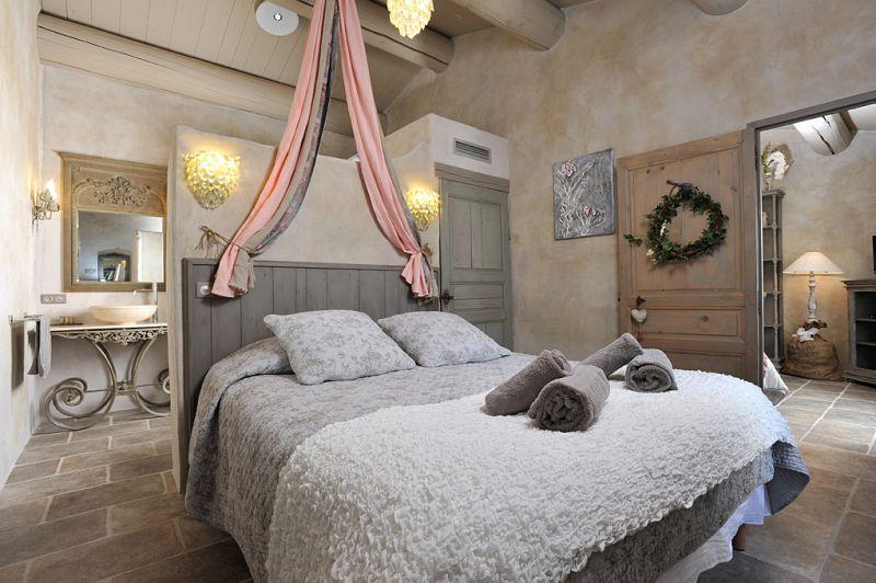 Le sale da bagno in stile provenzale della residence les petitons