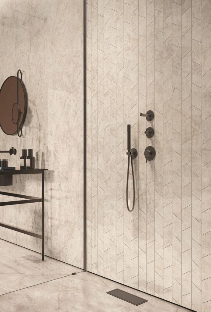 gres porcellanato effetto marmo in bagno