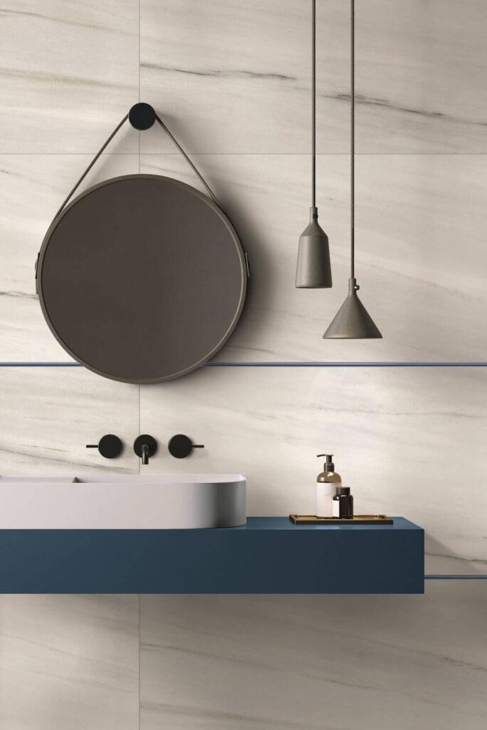 piastrelle effetto marmo bianco in bagno