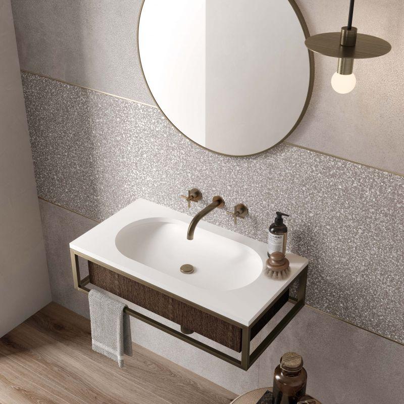 parete bagno con piastrelle effetto seminato veneziano