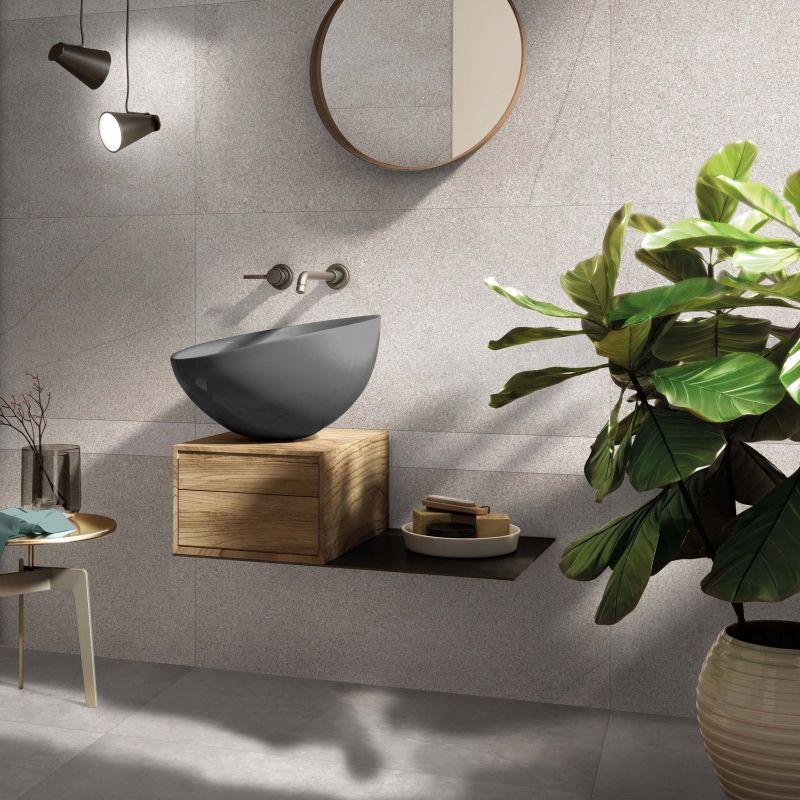 parete bagno con piastrelle effetto graniglia
