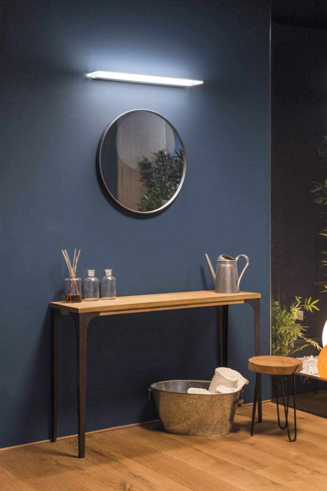 lampada sopra specchio del bagno