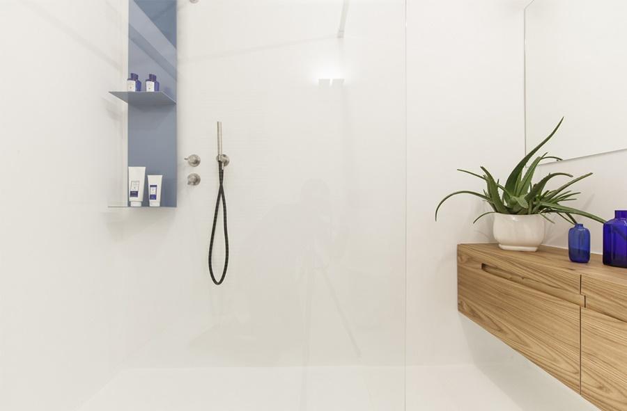 Bagno in bianco e legno: Italian Bathrooms