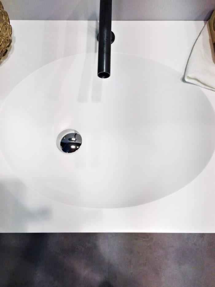 lavabo appoggio in corian con scarico decentrato