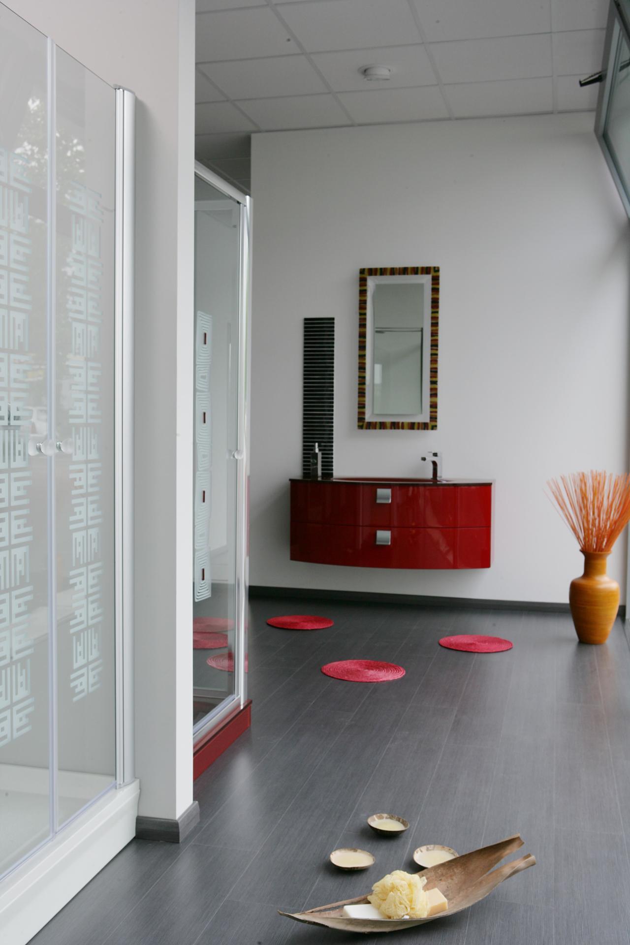 Scene da uno showroom di arredo bagno for Arredi bagno roma