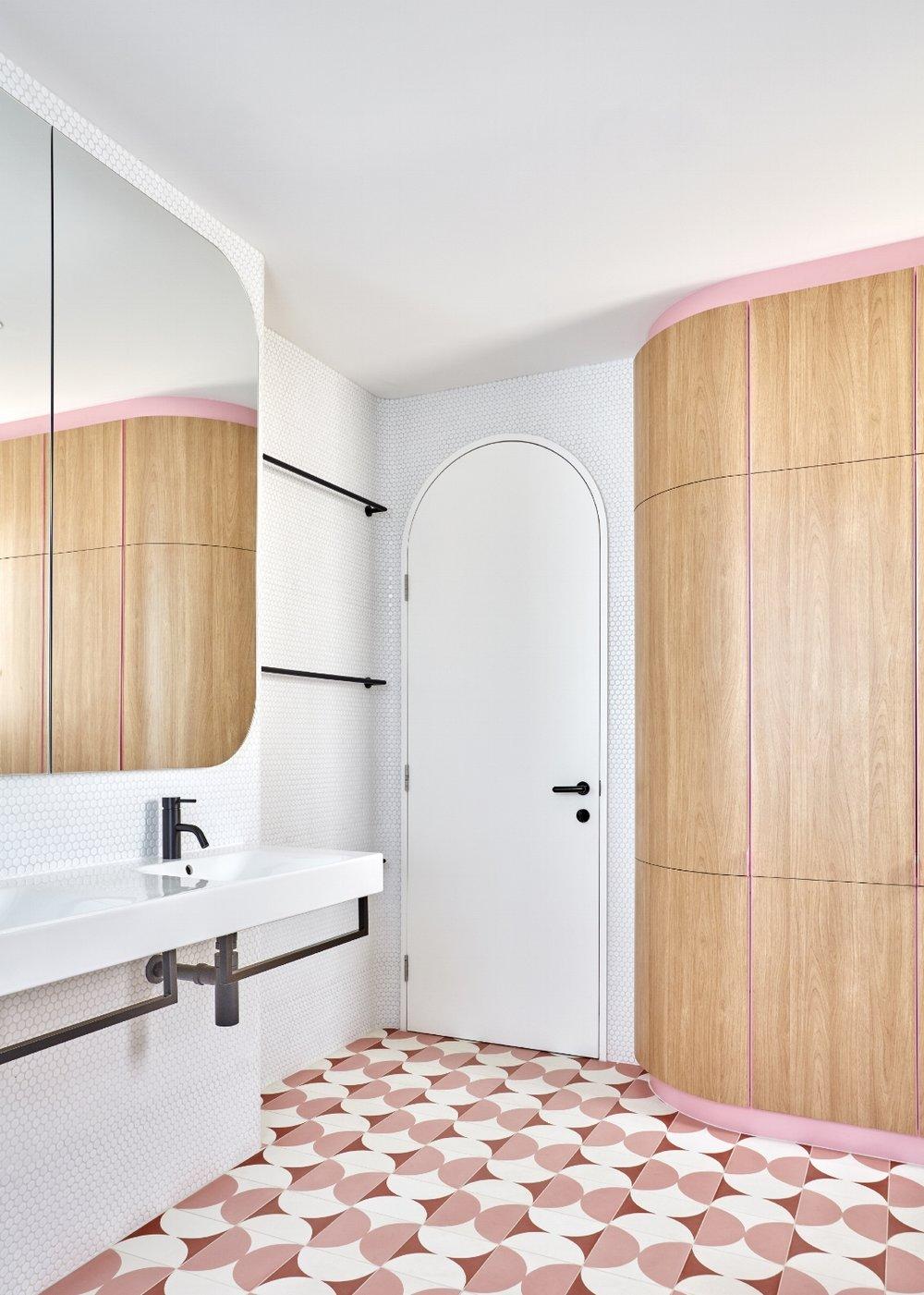 bagno senza spigoli bianco e rosa piastrelle anni 60-70