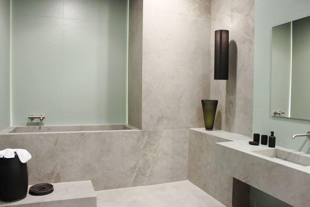bagno in gres effetto resina