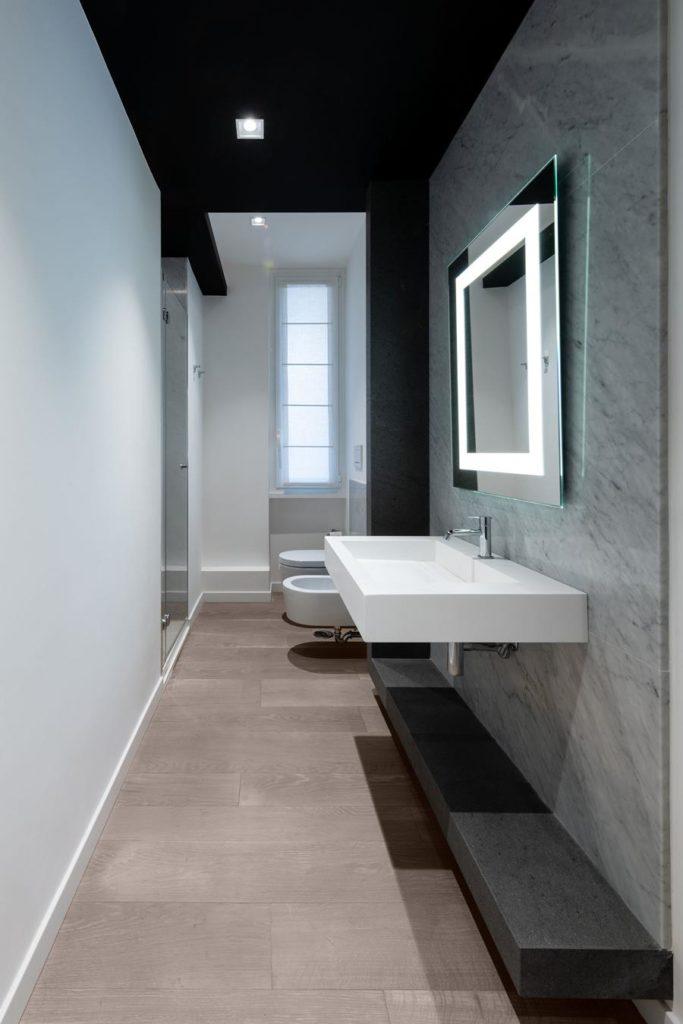 Bagno ospiti lungo e stretto: ristrutturare bagni adiacenti