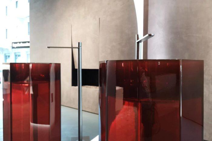 lavabo in resina trasparente colorata Cristalmood antoniolupi showroom milano