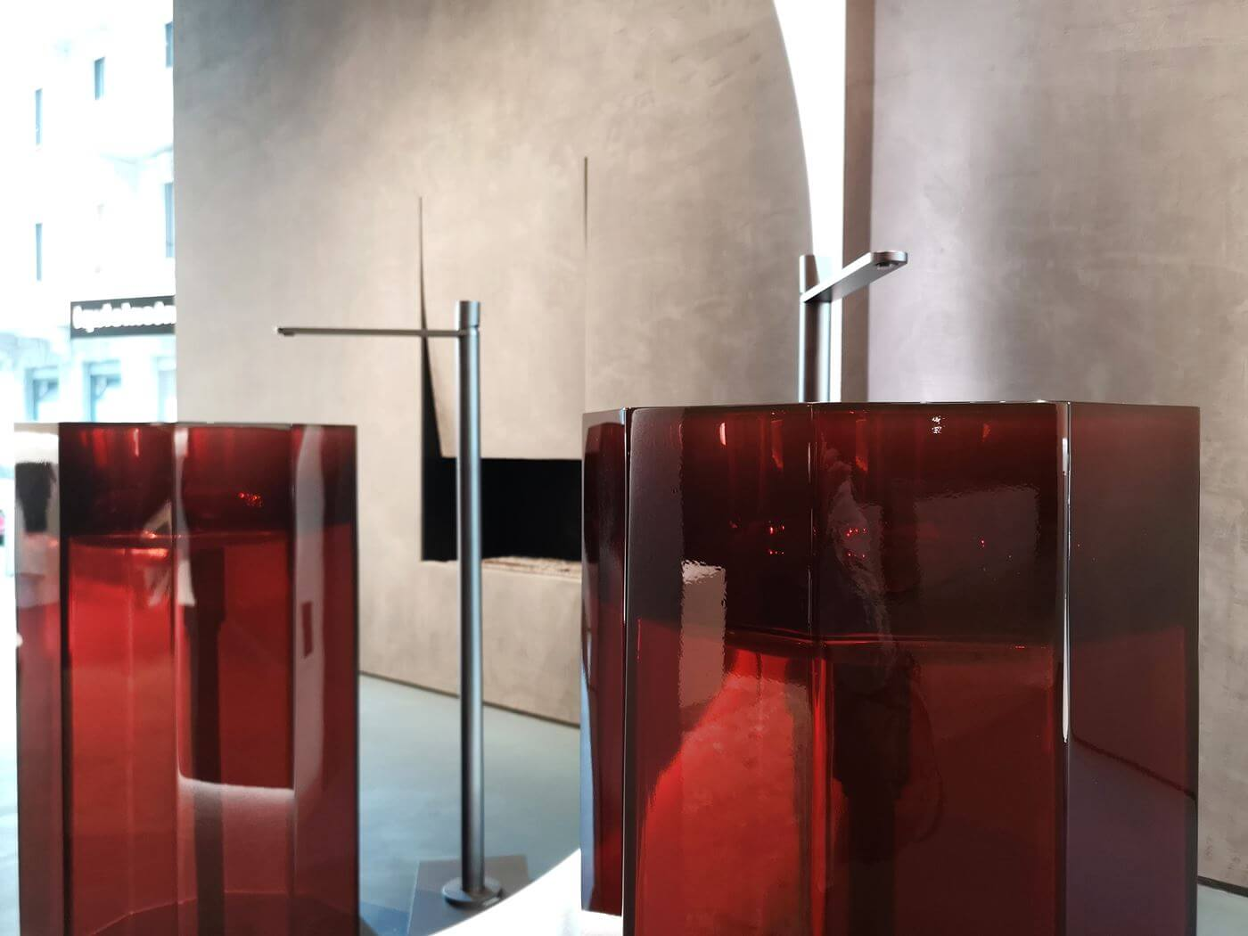 lavabo in resina trasparente colorata Cristalmood antoniolupi showroom milano