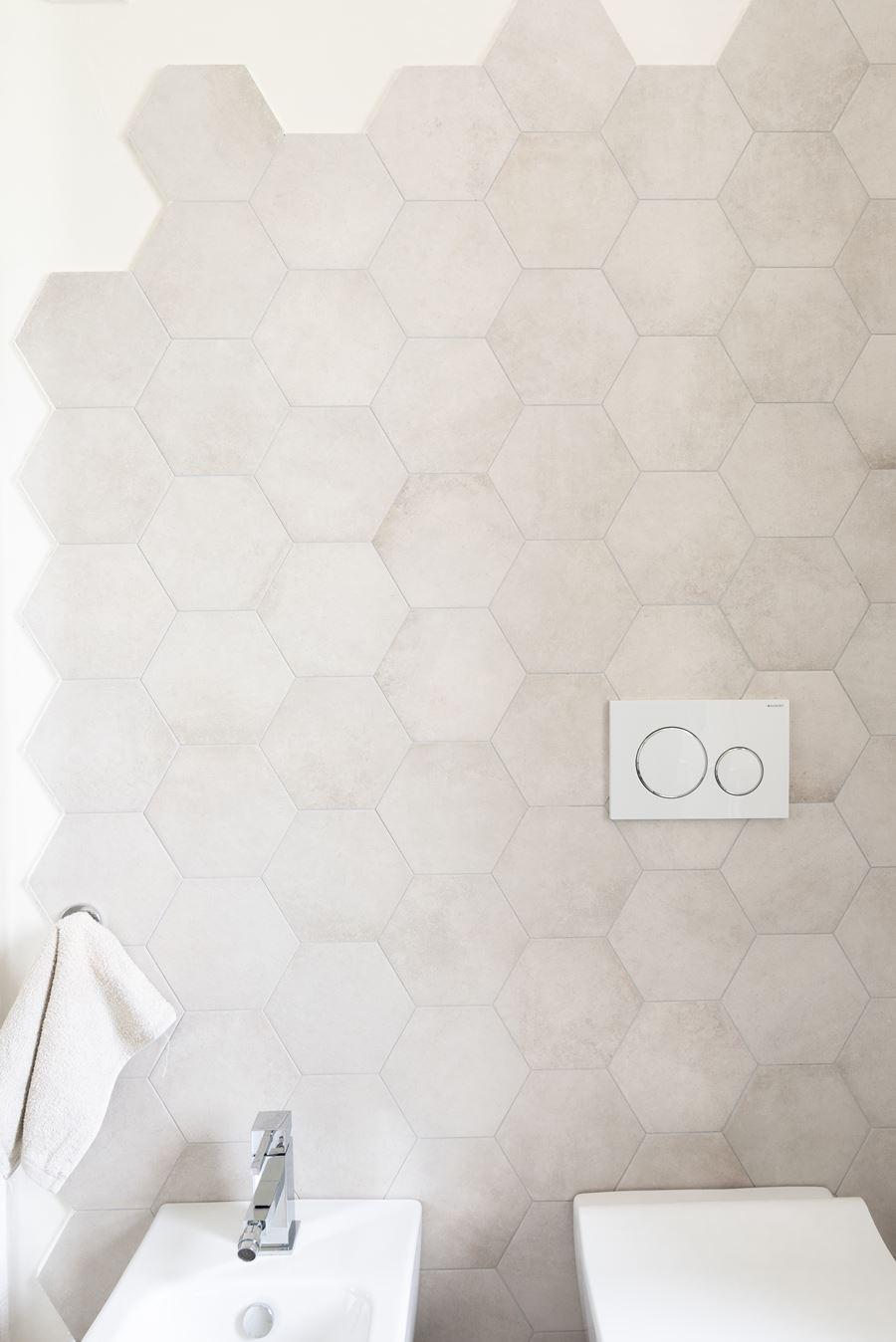 parete bagno colore neutro con esagone